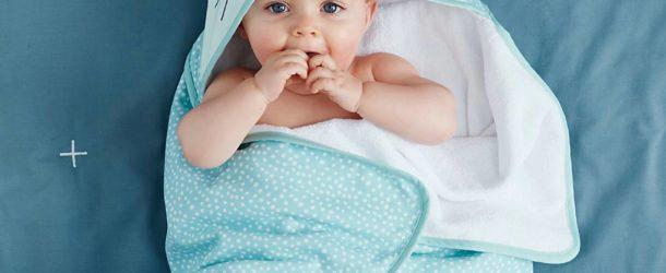 Bébé dans un peignoir lapin bleu