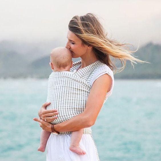 Femme portant son enfant à l'avant