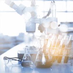 Une table avec des éprouvette dans un laboratoire.